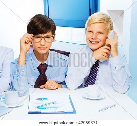 Zwei intelligente Kinder im Büro