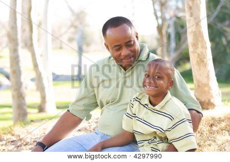 Hombre y niño divirtiéndose