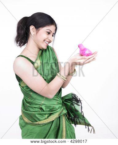 Asiatische Frau mit einem Küken