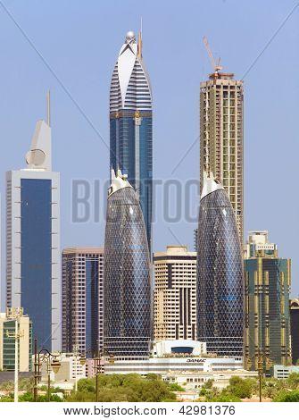 DUBAI, Emirados Árabes Unidos - 23 de outubro: Exibição em arranha-céus de Sheikh Zayed Road em Dubai em 23 de outubro de 2012. Mais th