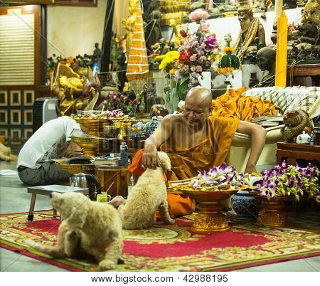 NAKHON CHAI, Tailândia - 1 de MAR: Mestre de monge não identificado tatuagens Yantra no Wat Bang Phra budista Tem