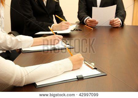Close-up das mãos de pessoas de negócios durante o trabalho em equipe