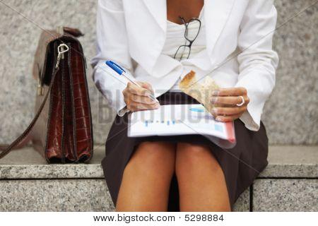 Empresaria comer sándwich