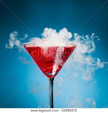 cocktail com fundo de vapor, azul gelo vermelho