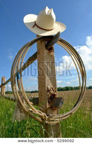 Chapéu de Cowboy de rodeio do oeste americano e laço no Post