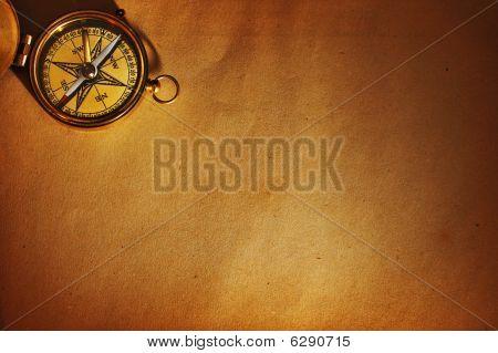 Antique Brass Kompass gegenüber dem alten Hintergrund