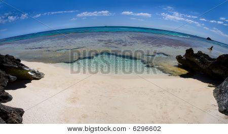 Playa desierta a través de una lente ojo de pez