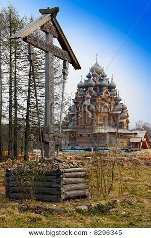 Kreuz vor hölzerne orthodoxe Kirche im Namen der Abdeckung aller Heiligen Mutter Gottes Russlands (Pokrowskaja chur