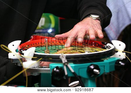 Racquet stringer weaving cross strings