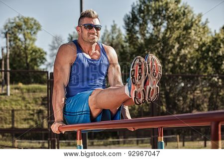 Handsome healthy happy strong athlete male man exercising at the city park  ??? ????????