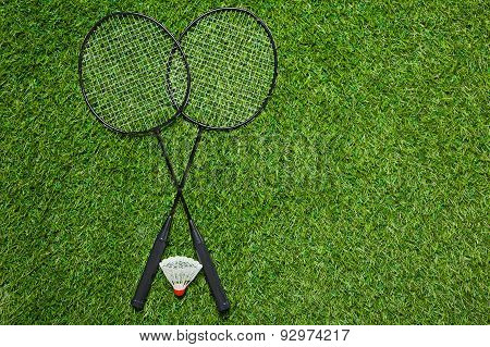 Crossed badminton rackets with shuttlecock