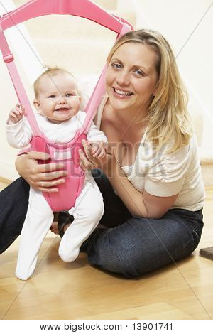 Bebé en la hamaca con madre