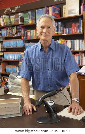 Proprietário da livraria masculino