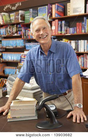 Propietario de la librería masculino