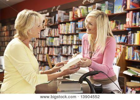 Cliente feminino na livraria