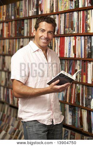 Masculino cliente na livraria