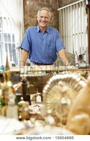 männlich Antiquitätengeschäft Inhaber