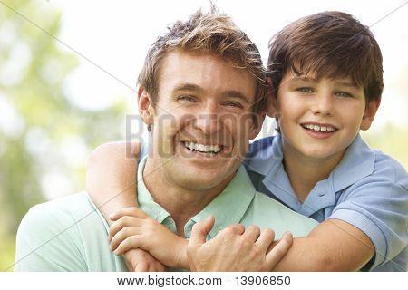 Porträt von Vater und Sohn im park