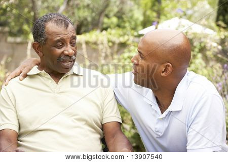 Senior hombre tener hijo adulto conversación seria