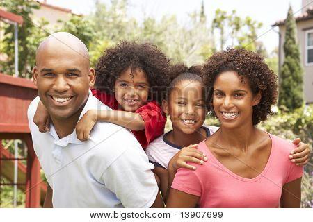 Retrato de família feliz no jardim
