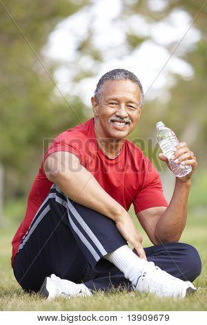 Senior Man Entspannung nach dem Training