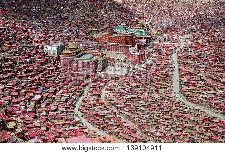 Thousands of red houses in Sertar Larung Gar Buddhist Institute
