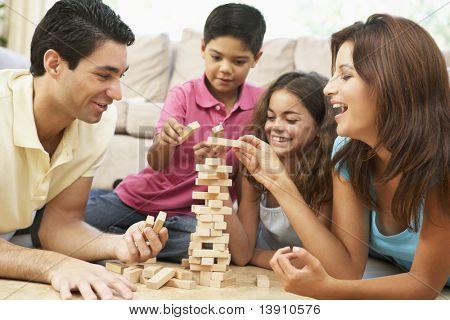 Jogando o jogo juntos em casa de família