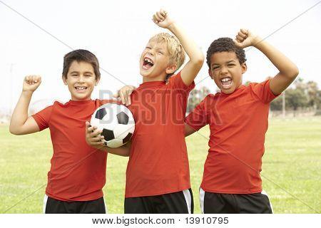 Jungen im Fußball Team feiert