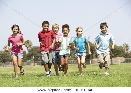 Grupo de crianças correndo no Parque
