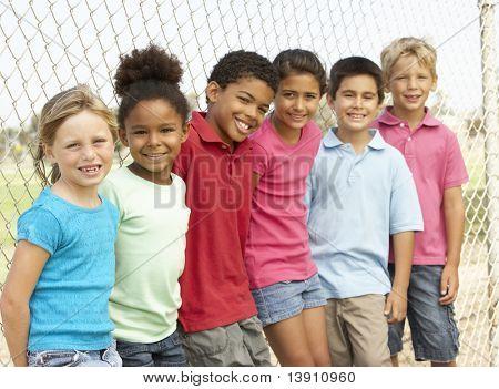 Grupo de niños jugando en el Parque
