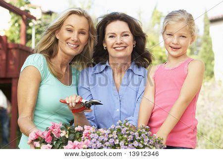 Senior Woman mit Erwachsenen Tochter und Enkelin Gartenarbeit zusammen