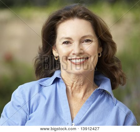 smiling senior Woman im Garten