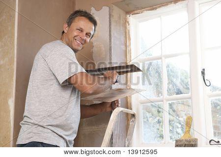 Yesero trabajando en pared Interior