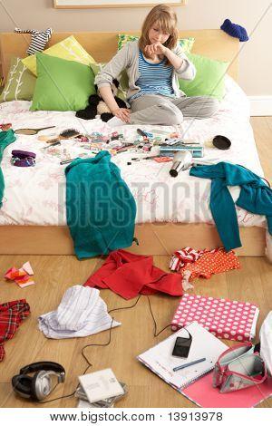 Adolescente en dormitorio desordenado