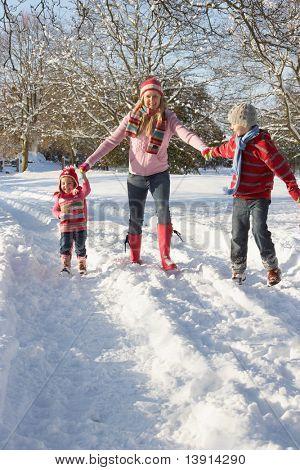 Madre caminando con los niños a través de paisajes nevados