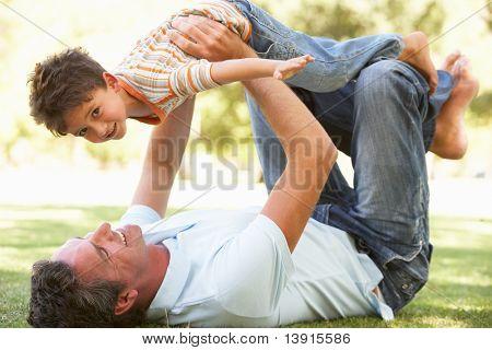 Padre e hijo jugando juntos en Parque