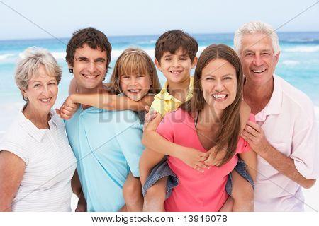Familia de tres generaciones relajante vacaciones de playa