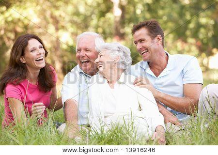Senior pareja con hijos crecidos en Parque