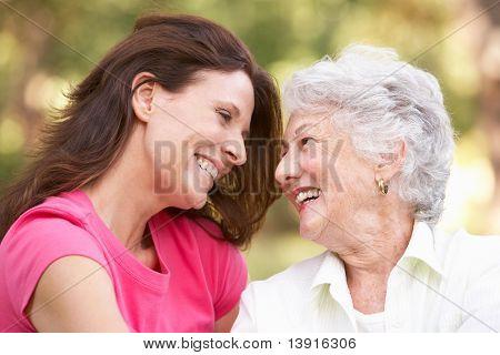 Mulher sênior com adulta filha no Parque