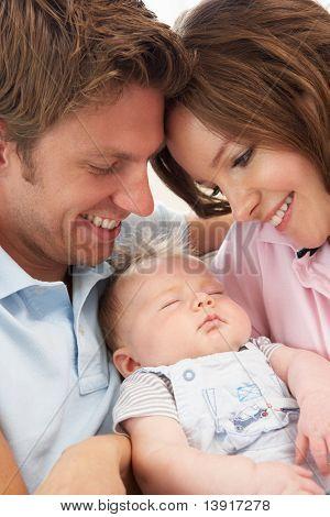 Close-Up de pais afago menino bebê recém-nascido em casa