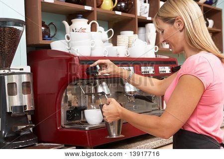 Frau machen Kaffee im Café