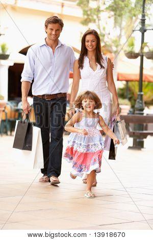 Jovem família apreciando a viagem de compras juntos
