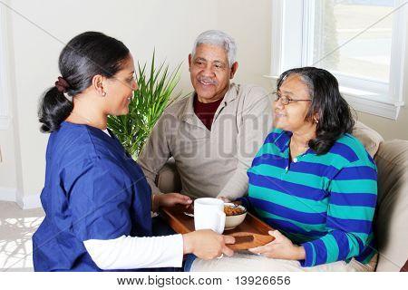 Trabajador de salud casero y una pareja de ancianos