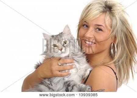 Hermosa mujer con gato plata