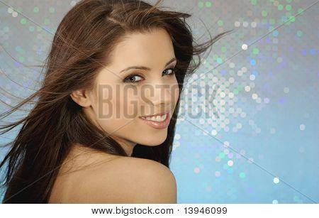 Retrato de glamour de garota sexy em fundo azul