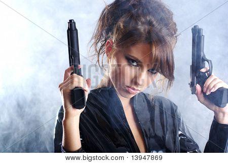 arma de exploração de bela garota sexy. fundo de fumo