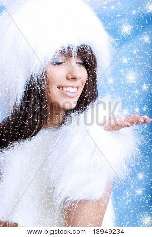Winter Mädchen im weißen Pelz. Snow Flake blauen Hintergrund.