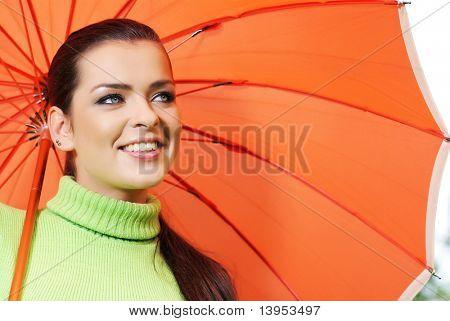 Frau und Orange Regenschirm