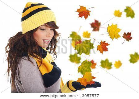 Hermosa mujer con sombrero y guantes y hojas de arce