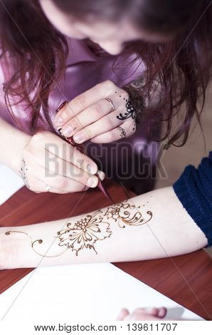 Master class on painting mehendi on a body with henna (mehendi other names, mehandi, Mandy)